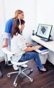 Praxis Dr. Michael H. Stienen: Arzthelferin Stefanie Weschler führt eine computergestützte Untersuchung durch.